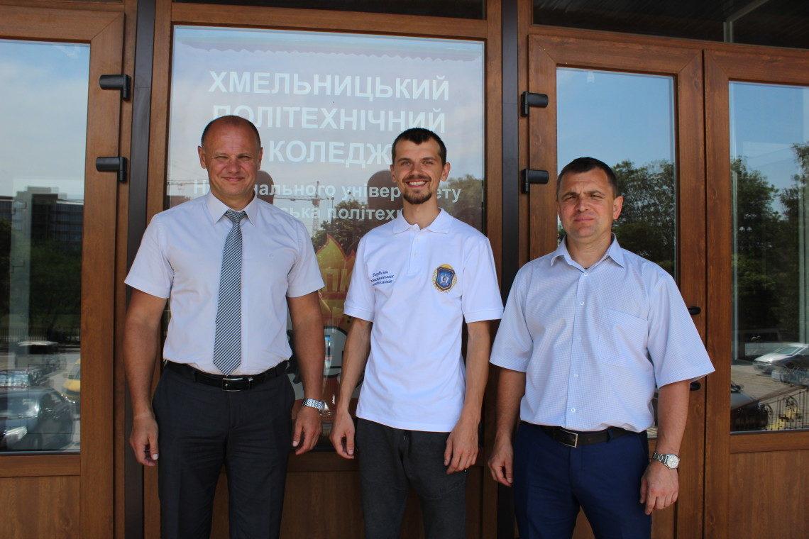3.2 До ХПК на зустріч випускників прийшов Андрій Корницький , переможець Всеукраїнської олімпіади з інформатики. Він став першим нагородженим іменною футболкою «Гордість політехніків».